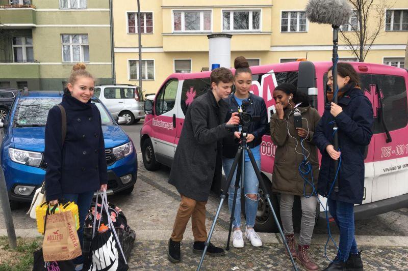 Schüler*innen der Katholischen Schule Liebfrauen beim Filmdreh