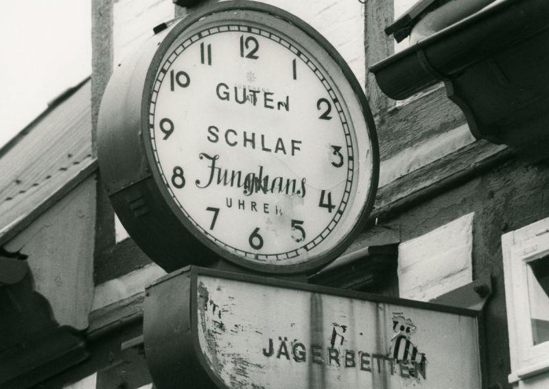 Uhr vor einem Geschäft