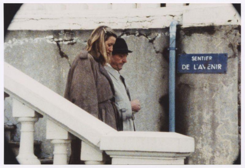 Szenenfoto in Farbe, ein Man und eine Frau gehen eine Treppe hinunter