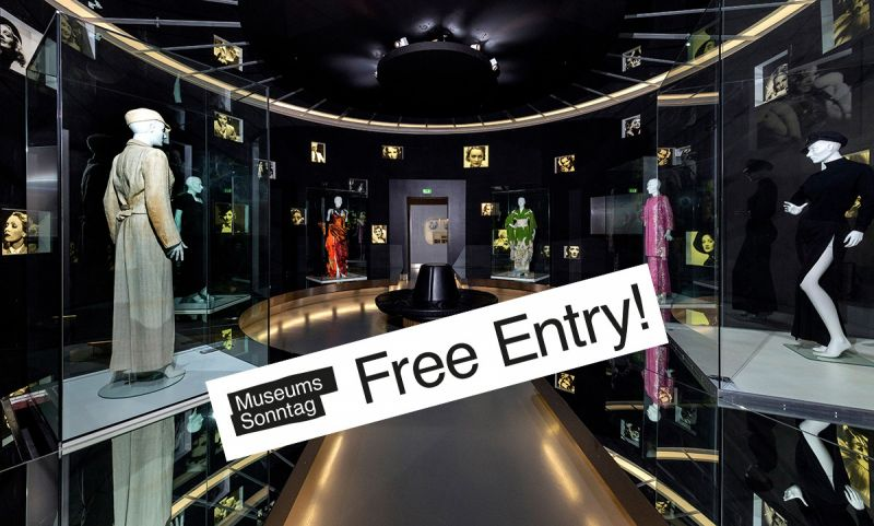 """View of the exhibition with the sticker """"Museumssonntag – Free Entry!"""""""