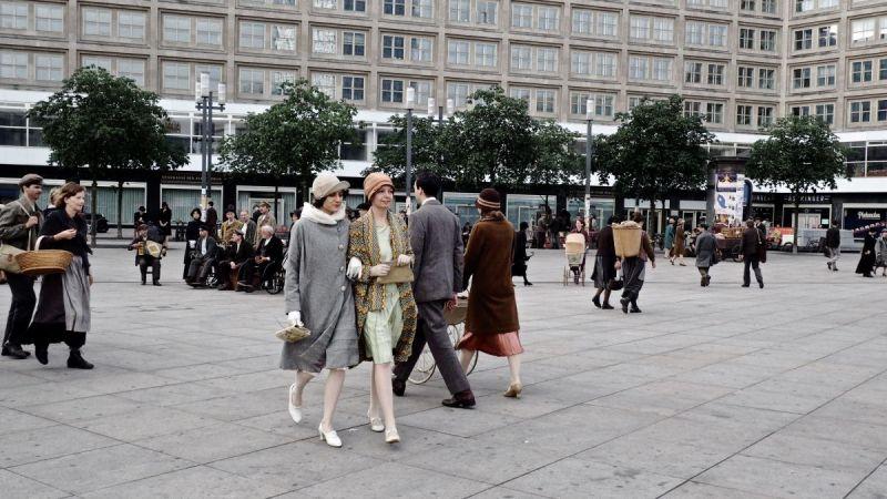 Szenenfoto aus Babylon Berlin: Zwei Frauen laufen eingehakt über den Alexanderplatz.