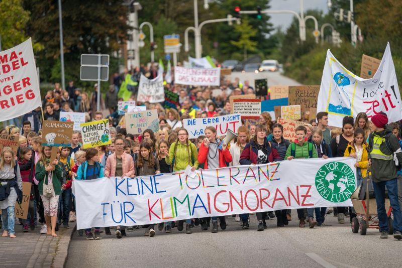 Eine Gruppe junger Menschen auf einer Demontration für mehr Klimaschutz.