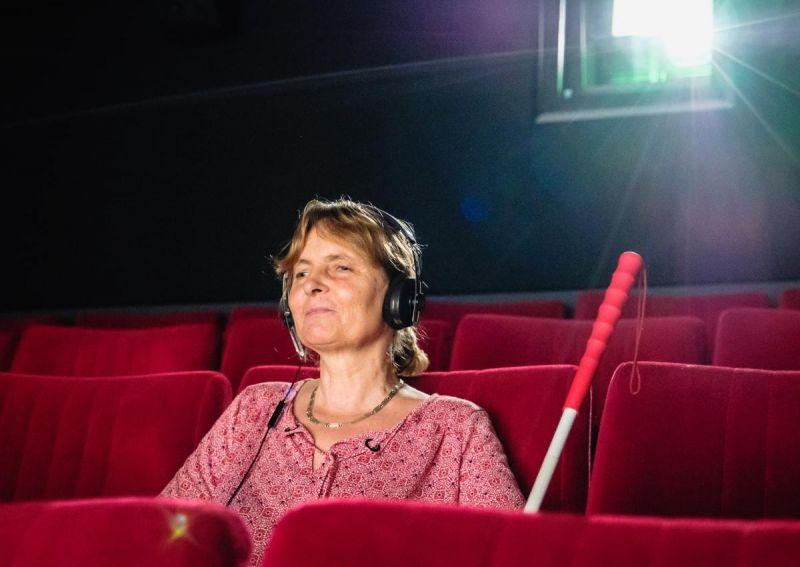 Blinde Besucherin in einem Kinosaal