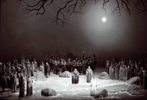 Still from the film Die Verwandlung der Welt in Musik — Bayreuth vor der Premiere