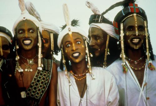 Still from the film Wodaabe – Die Hirten der Sonne