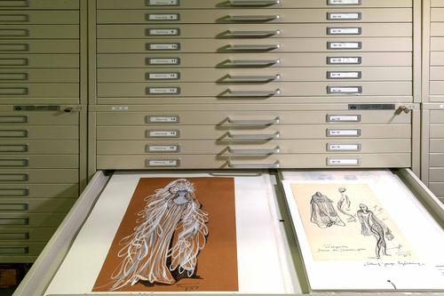 Foto von Archivschränken mit einem Tisch auf dem zwei Grafiken liegen