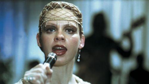 Nahaufnahme einer singenden Frau auf einer Bühne.