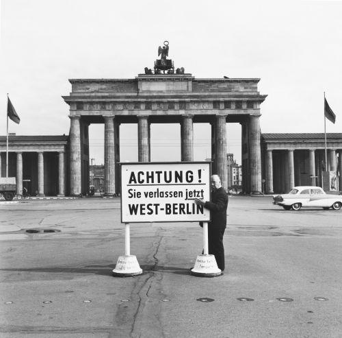 Porträtfoto von Alfred Hitchcock am Brandenburger Tor, 1966