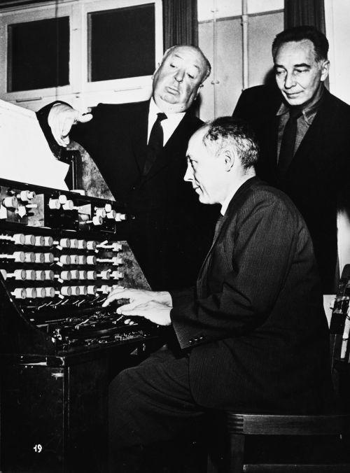 Foto von Alfred Hitchcock, Oskar Sala und Remi Gassmann bei der Sound Produktion für den Film The Birds, 1962