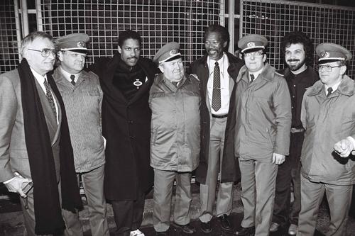 Edward Zwick, Denzel Washington, Morgan Freeman und Freddie Fields am Grenzübergang Invalidenstraße mit Grenzsoldaten, Berlin 1990