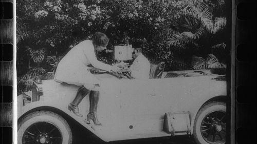 Lola Kreutzberg shooting, Screenshot from <i>Die Wunder des Films. Ein Werklied von der Arbeit am Kulturfilm</i> (Germany 1929, director: Edgar Beyfuß)