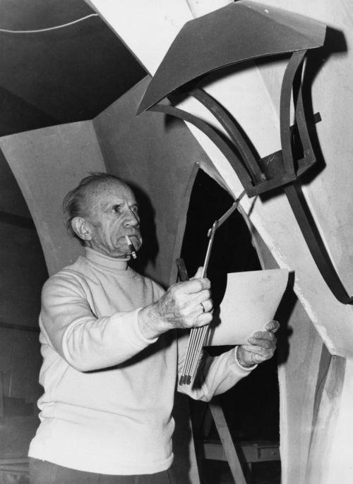 Robert Wiene bei Dekorationsaufnahmen auf der Internationalen Filmkunst Ausstellung 1958 in München