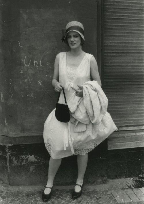 Schwarz-weißes Szenenfoto von einer Protagonistin