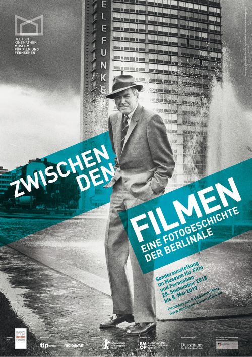 """Plakat der Ausstellung """"Zwischen den Filmen — Eine Fotogeschichte der Berlinale"""", Deutsche Kinemathek, Berlin"""