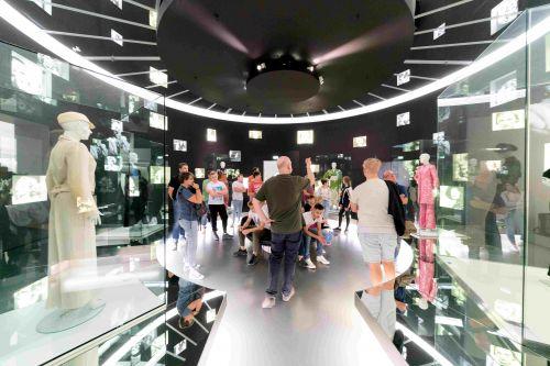Menschen bei einer Führung im Museum für Film und Fernsehen