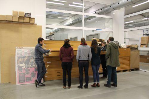 Besuchergruppe in den Archiven der Deutschen Kinemathek