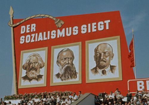 Menschenmenge und Fahne mit Werbung für den Sozialismus