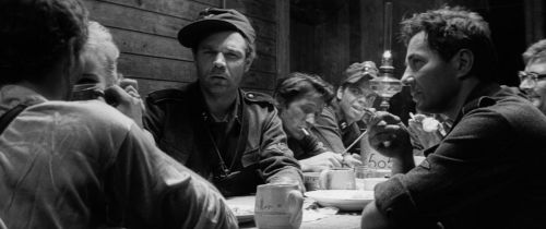 Szenenfoto aus dem Film Akmens un šķembas