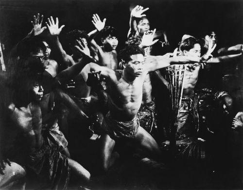 Schwarz-weiß Bild, balinesische Männer in ritueller Pose bei einem traditionellen Tanz.