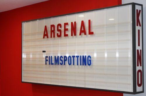Kino Arsenal Berlin, Leuchtreklame im Eingangsbereich im Filmhaus
