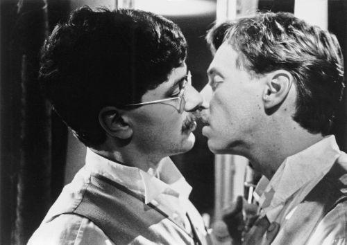 Zwei Männer küssen sich