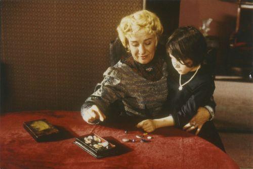 Szenenbild in Farbe von einer älteren Frau und einem Kind