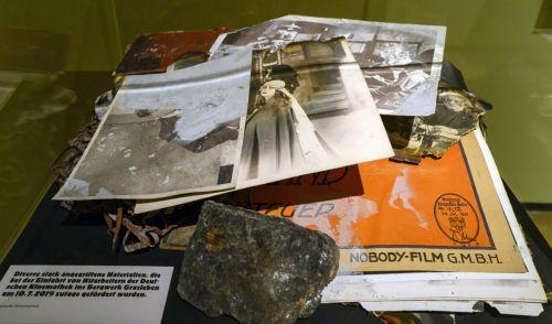 Blick in eine Vitrine in der Ausstellung Brandspuren.