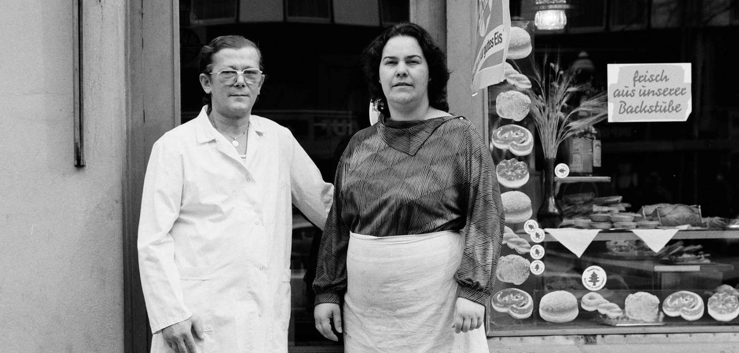 Das Ehepaar Dahms vor ihrem Bäckerladen, 1987