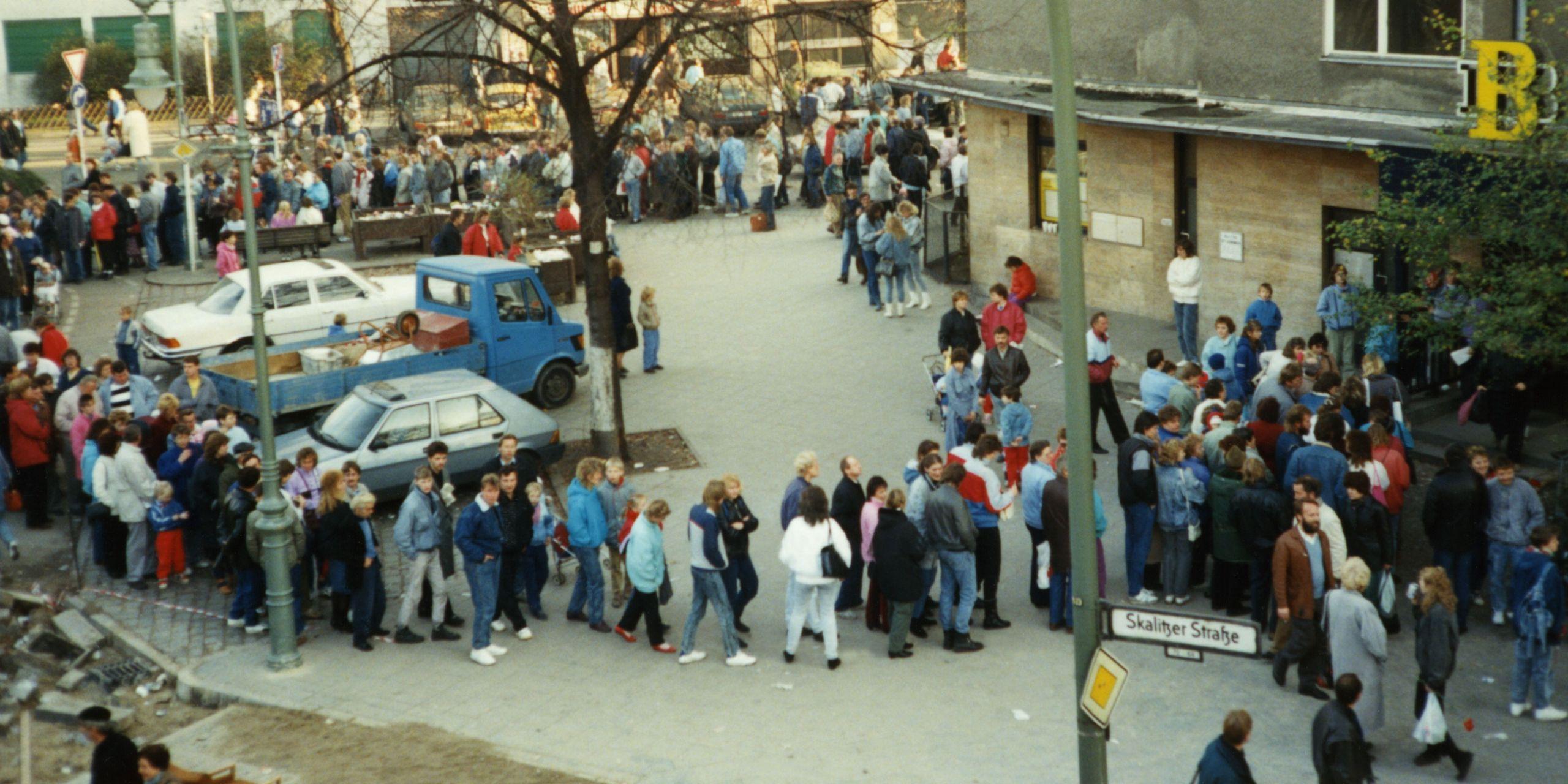 Warteschlange vor einer Filiale der Berliner Bank in Berlin-Kreuzberg, in der Begrüßungsgeld ausgezahlt wurde, 11. November 1989
